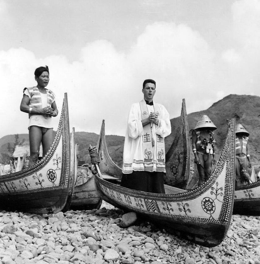 1106 紀守常神父並不排斥雅美傳統祭儀,他鼓勵傳教員重視傳承自己的文化。圖為紀神父與傳教員一起主持東清部落的祝福節,為拼板舟祝福。