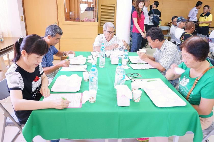 評審委員細心審視參賽白米的外觀與官能品評。