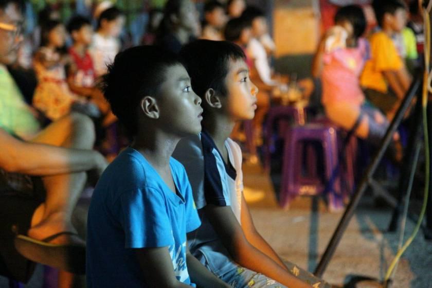 小孩們十分專注的在看著電影。