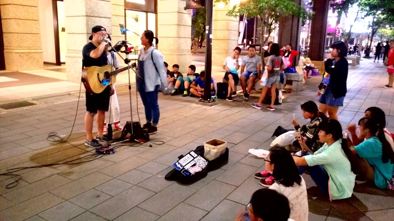 與街頭藝人一起表演 (1)