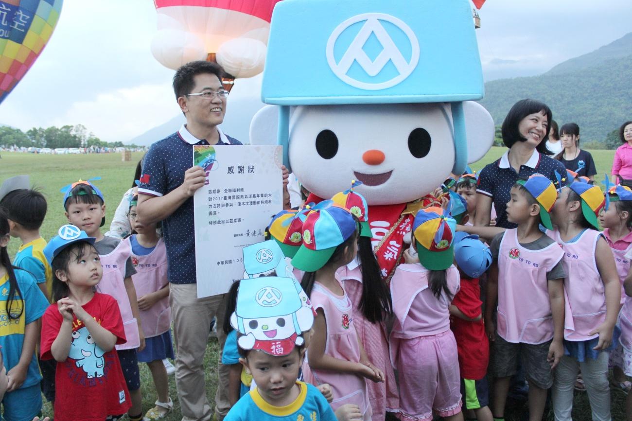 福利熊一出場就被現場包括多多璐、東佳、乖乖等80位幼兒園的小朋友團團包圍