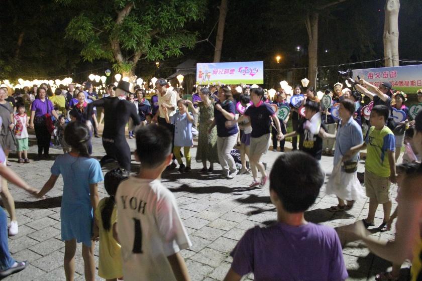 由藝術團隊於鐵花村人行步道快閃表演,並邀請在場祖孫一起參與舞蹈演出
